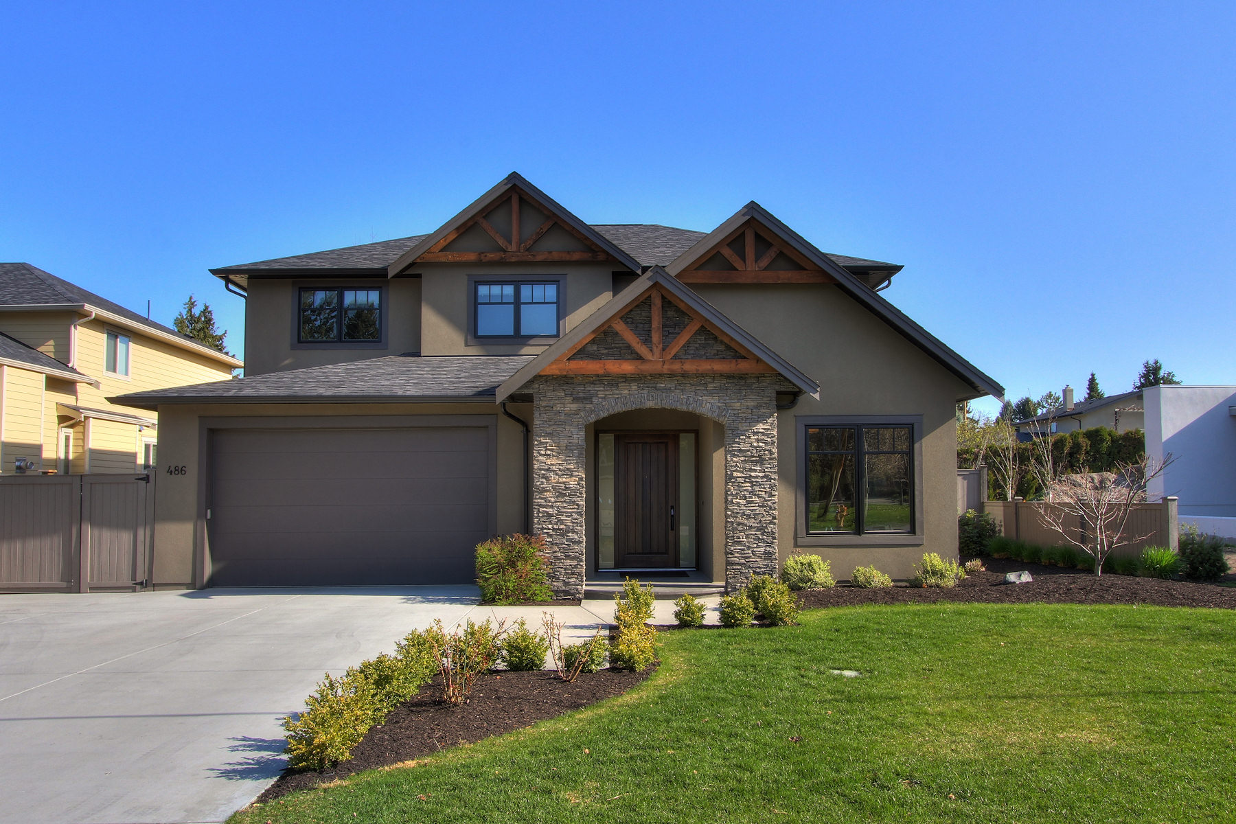486 Knowles Kelowna Near New Home With Pool